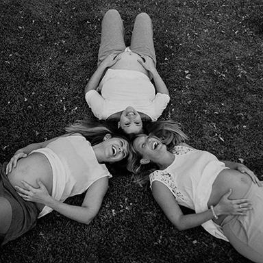 Imagen destacada de las fotos de la sesión de embarazo multipanza Familia Favarel en Rosario realizadas por Bucle Fotografias Flor Bosio y Caro Clerici